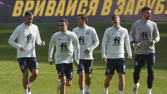 Para pemain Spayol melakukan pemanasan selama sesi latihan tim di Stadion NSK Olimpiyskiy, Ukraina (12/10/2020). Spanyol akan bertanding melawan Spanyol dalam lanjutan UEFA Nations League Divisi A Grup 4 (A4). (AP Photo/Efrem Lukatsky)