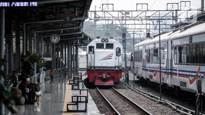 Penambahan Perjalanan KA Jarak jauh: Kereta jarak jauh tiba di Stasiun Pasar Senen, Jakarta, Jumat (10/7/2020). PT KAI telah mengoperasikan lima perjalanan kereta jarak jauh untuk tujuan Bandung, Cirebon, dan Surabaya mulai Jumat 10 Juli 2020. (Liputan6.com/Faizal Fanani)