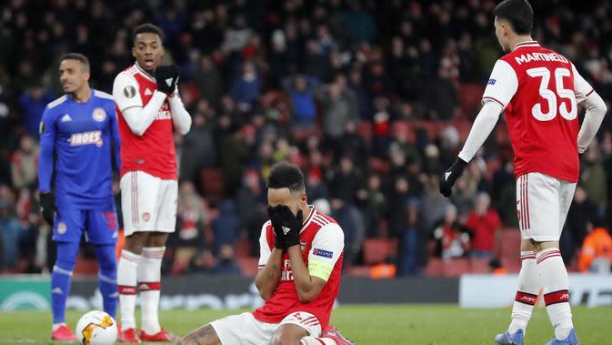 Striker Arsenal Pierre-Emerick Aubameyang (tengah) sangat kecewa setelah timnya kalah 1-2 dari Olympiakos Pireaus pada leg kedua babak 32 Liga Euopa di Emirates Stadium, Jumat (28/2/2020). (AP Photo/Frank Augstein)