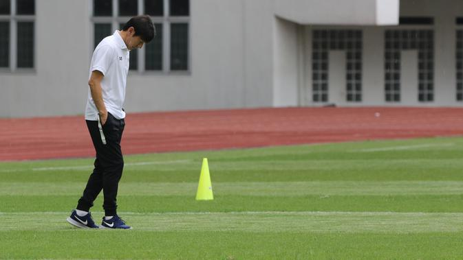 Manajer pelatih Timnas Indonesia, Shin Tae-yong, mengamati rumput lapangan saat atihan Timnas U-19 di Stadion Wibawa Mukti, Senin (13/1/2020). Pria asal Korsel ini menjadi supervisi untuk Timnas Indonesia senior, U-22, U-20, dan U-16. (Bola.com/M Iqbal Ichsan)