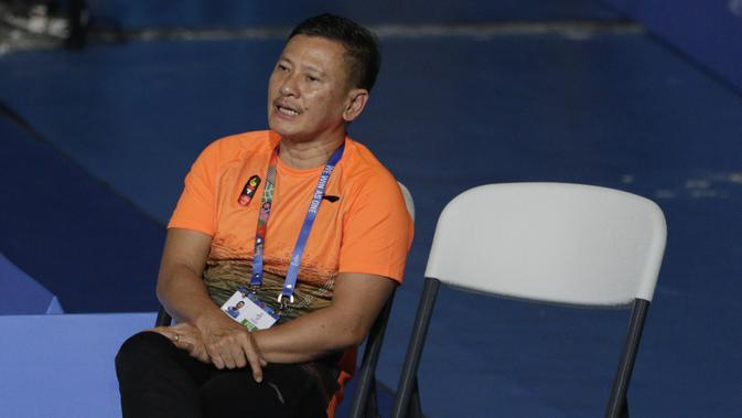 Pelatih tunggal putra Indonesia, Hendri Saputra, mengamati Anthony Ginting saat melawan Soong Joo Ven pada final beregu SEA Games 2019 di Multinlupa Sport Center, Rabu (4/12). Ginting menang 13-21, 21-15, dan 21-18. (Bola.com/M Iqbal Ichsan)