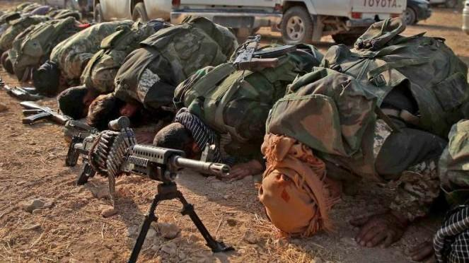 VIVA Militer: Pasukan Tentara Nasional Suriah melakukan salat berjamaah