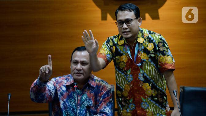 Ketua KPK Firli Bahuri (kiri) dan Plt Jubir KPK Ali Fikri memberi isyarat saat menyampaikan keterangan terkait pengembangan kasus proyek jalan Bengkalis di Gedung KPK, Jakarta, Jumat (17/1/2020). Kasus ini merupakan pengembangan dari masa periode komisioner KPK sebelumnya. (merdeka.com/Dwi Narwoko)