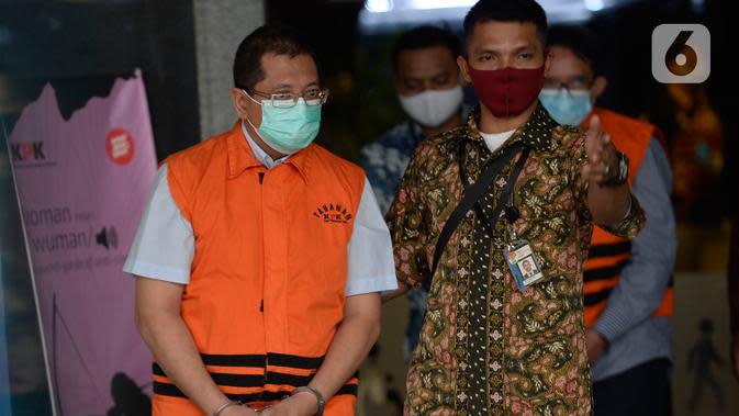 Mantan Direktur Niaga PT Dirgantara Indonesia (PTDI) Irzal Rinaldi Zailani (kiri) meninggalkan Gedung KPK usai ditetapkan sebagai tersangka di Jakarta, Jumat (12/6/2020). Irzal ditahan dalam kasus dugaan korupsi kegiatan penjualan dan pemasaran pesawat PTDI tahun 2007-2017 (merdeka.com/Imam Buhori)