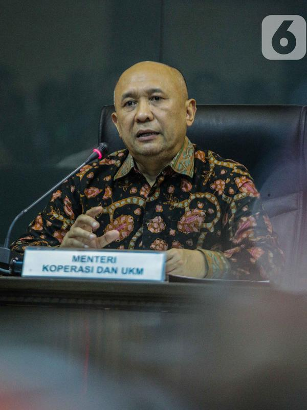 Menteri Koperasi dan UKM Teten Masduki memberi keterangan saat konferensi pers di Kementerian Koperasi dan UKM, Jakarta, Selasa (5/11/2019). Teten menyatakan pihaknya bertekad membawa produk-produk UMKM masuk ke dalam rantai pasok global (global value chain). (Liputan6.com/Faizal Fanani)