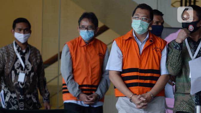 Mantan Dirut PT Dirgantara Indonesia, Budi Santoso dan Mantan Direktur Niaga PT Dirgantara Indonesia, Irzal Rinaldi Zailani (depan kanan) tiba di Gedung KPK, Jakarta, Jumat (26/6/2020). Kedua tersangka tersebut akan menandatangani berkas perpanjangan masa penahanan. (merdeka.com/Dwi Narwoko)