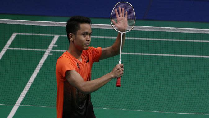 Tunggal putra Indonesia, Anthony Ginting menyapa penonton usai melawan Soong Joo Ven pada final beregu SEA Games 2019 di Multinlupa Sport Center, Rabu (4/12). Ginting menang 13-21, 21-15, dan 21-18. (Bola.com/M Iqbal Ichsan)