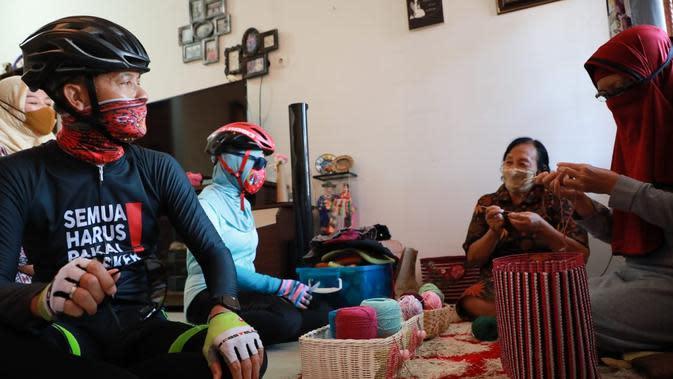 Gubernur Jawa Tengah, Ganjar Pranowo di sela gowesnya bersama istri, Siti Atikoh mengunjungi beberapa UKM di Kota Semarang, Jawa Tengah.