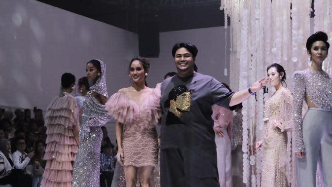 Ivan Gunawan menghadirkan gaun yang mewah dengan warna-warna lembut untuk merayakan momentum dilantik sebagai anggota baru IPMI (Foto: Vinsensia Dianawanti)
