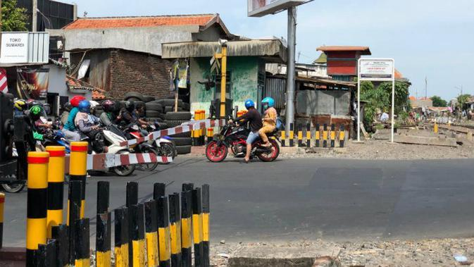 Perlintasan kereta api di Surabaya, Jawa Timur (Foto: Dok PT KAI Daop 8 Surabaya)