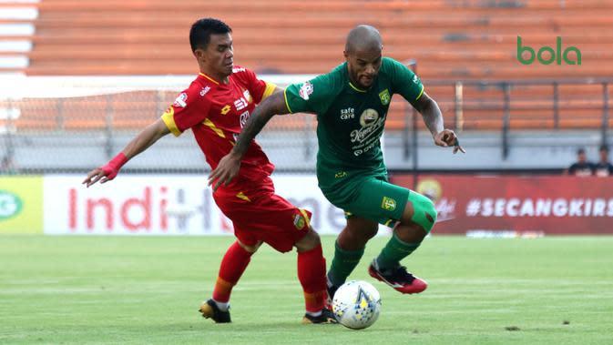 Duel Alsan Sanda kontra striker Bhayangkara FC, David da Silva, di Stadion Gelora Bung Tomo, Surabaya (8/12/2019). (Bola.com/Aditya Wany)