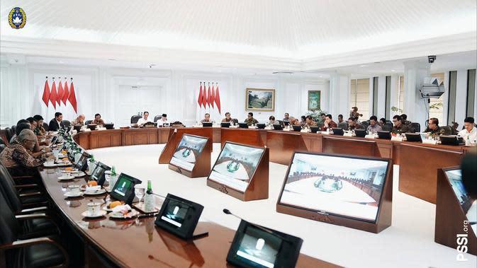 Presiden Joko Widodo menggelar rapat terbatas bersama jajaran terkait di Jakarta, Jumat (17/1/2020). (Bola.com/Dok. PSSI)