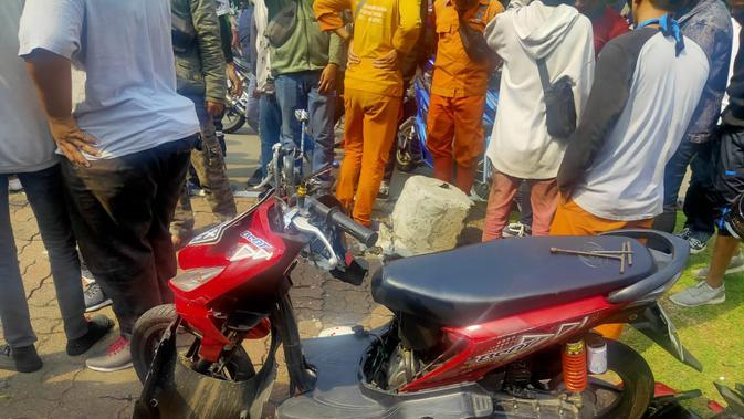 Sepeda motor korban kecelakaan lalu lintas rusak parah setelah menabrak trotoar di Jalan Medan Merdeka Utara, Jakarta Pusat. Korban tewas di lokasi kejadian. (Dok Kepolisian)