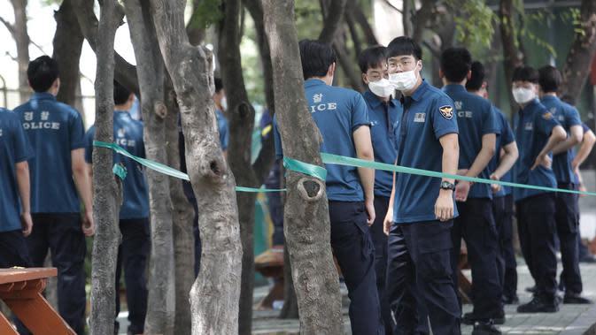 Petugas polisi menunggu tes COVID-19 mereka di klinik darurat di Badan Kepolisian Metropolitan Seoul di Seoul, Korea Selatan, Rabu, (19/8/2020). (AP Photo / Ahn Young-joon)