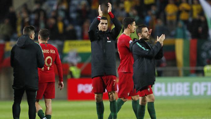 Penyerang Portugal, Cristiano Ronaldo bertepuk tangan usai pertandingan melawan Lithuania pada pertandingan Grup B Kualifikasi Piala Eropa 2020 di stadion Algarve di luar Faro, Portugal (14/11/2019). Ronaldo mencetak Hattrick dipertandingan ini dan mengantar Portugal menang 6-0. (AP Photo/Armando Fr