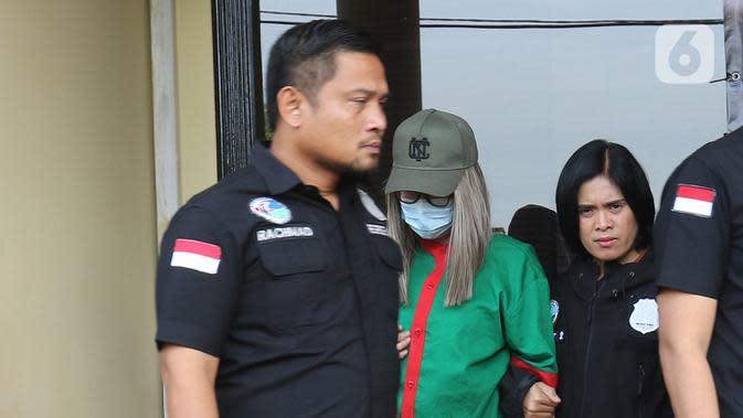 Petugas menghadirkan selebgram Lucinta Luna saat rilis kasus narkoba di Polres Jakarta Barat, Rabu (12/2/2020). Lucinta Luna ditetapkan sebagai tersangka kasus kepemilikan narkoba setelah positif mengonsumsi psikotropika seperti benzo dan ekstasi. (Liputan6.com/Herman Zakharia)