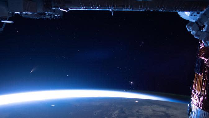 Komet Neowise terlihat dari Stasiun Antariksa Internasional (ISS). (NASA, via Associated Press)