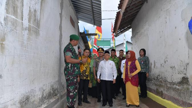 Wapres Ma'ruf Amin meninjau lokasi rekonstruksi bangunan pascagempa di Desa Gontoran Barat, Kota Mataram, NTB. (foto: setwapres)