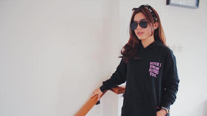 Menggunakan hoodie berwarna hitam, Gadis berusia 19 tahun ini tampak santai. Penampilan serba hitamnya dilengkapi dengan kacamata hitam dan bandana hitam yang membuatnya tampak semakin manis. (Liputan6.com/IG/@faynabilalxndr)