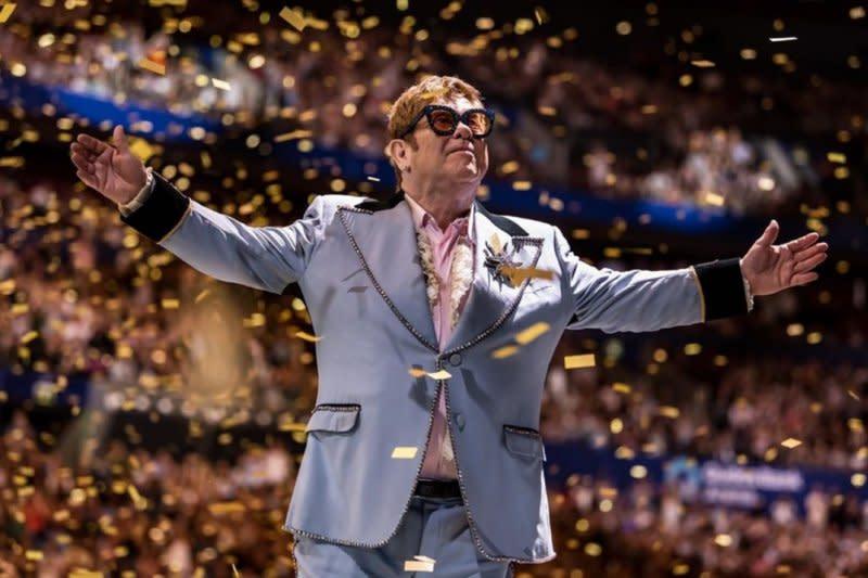 Elton John minta maaf setelah hentikan konser di Selandia Baru