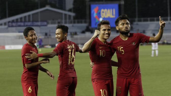 Pemain Timnas Indonesia U-22 merayakan keberhasilan mencetak gol ke gawang Myanmar dalam laga semifinal sepak bola SEA Games 2019 di Stadion Rizal Memorial, Manila, Sabtu (7/12/2019). Timnas Indonesia U-22 menang 4-2 dan melangkah ke final. (Bola.com/Muhammad Iqbal Ichsan)