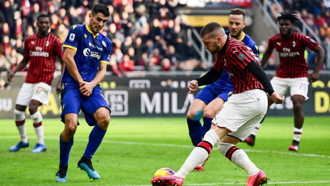 AC Milan harus puas bermain 1-1 kontra Hellas Verona pada laga pekan ke-22 Serie A di San Siro, Minggu (2/2/2020). (AFP/Miguel Medina)