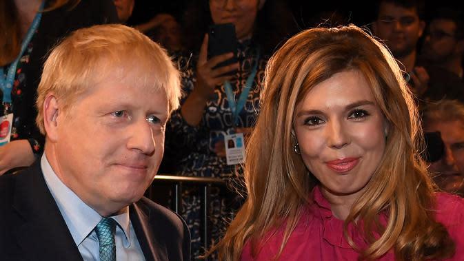 Pm Inggris Boris Johnson dan tunangannya Carrie Symonds. (dok. foto Jeremy Selwyn / POOL / AFP)