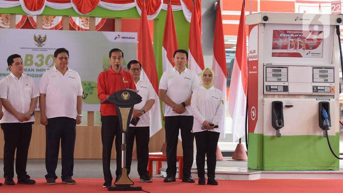 Presiden Joko Widodo atau Jokowi (tengah) memberi sambutan saat meresmikan Implementasi Program Biodiesel 30 persen (B30) di SPBU MT Haryono, Jakarta, Senin (23/12/2019). Jokowi menargetkan implementasi program B40 pada tahun 2020 dan B50 pada tahun 2021. (Liputan6.com/Angga Yuniar)