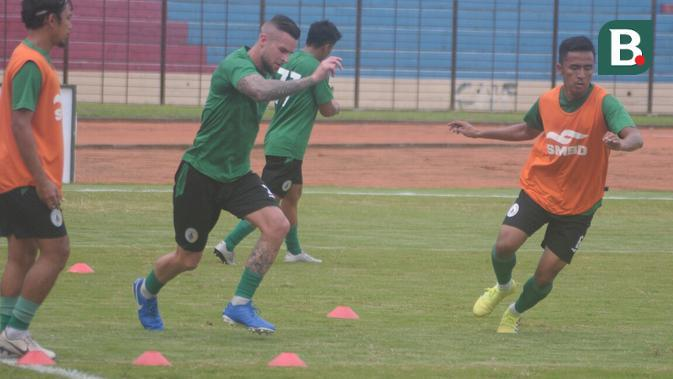 Bek PSS Sleman, Aaron Evans (tengah), bersama rekan-rekannya dalam latihan di Stadion Sultan Agung, Bantul. (Bola.com/Vincentius Atmaja)