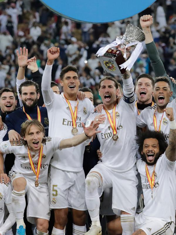 Pemain Real Madrid Sergio Ramos mengangkat trofi juara Piala Super Spanyol bersama rekan-reakannya usai mengalahkan Atletico Madrid pada pertandingan final di King Abdullah Stadium, Jeddah, Arab Saudi, Senin (13/1/2020). Real Madrid menang adu penalti 4-1. (AP Photo/Hassan Ammar)