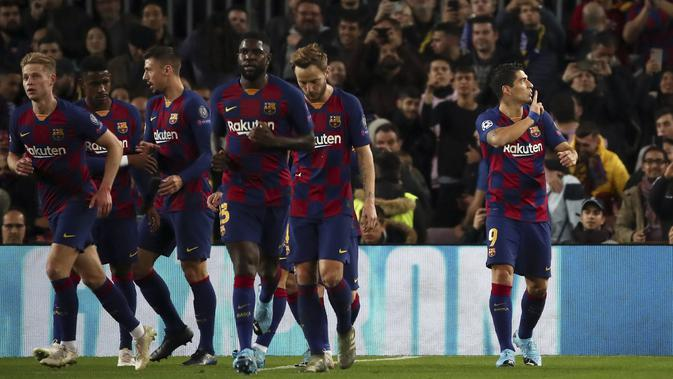 Penyerang Barcelona, Luis Suarez (kanan) berselebrasi usai mencetak gol ke gawang Borrusia Dortmund pada pertandingan Grup F Liga Champions di stadion Camp Nou, Spanyol (27/11/2019). Barcelona menang 3-1 atas Dortmund. (AP Photo/Emilio Morenatti)
