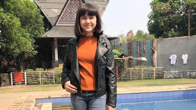 Gaya penampilan Sandrinna Michelle dengan jaket kulit ini juga tak luput dari sorotan netizen. Meski terlihat cukup boyish akn tetapi banyak pula netizen yang memuji pemain Dari Jendela SMP ini karena terlihat menggemaskan. (Liputan6.com/IG/@sandrinna_11)