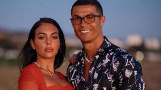 Ronaldo Berenang Bareng Pacar Seksi dan Anak-anaknya