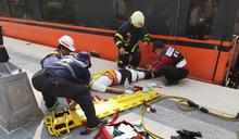 台鐵南州站站務員調車作業不慎夾傷腿(1) (圖)