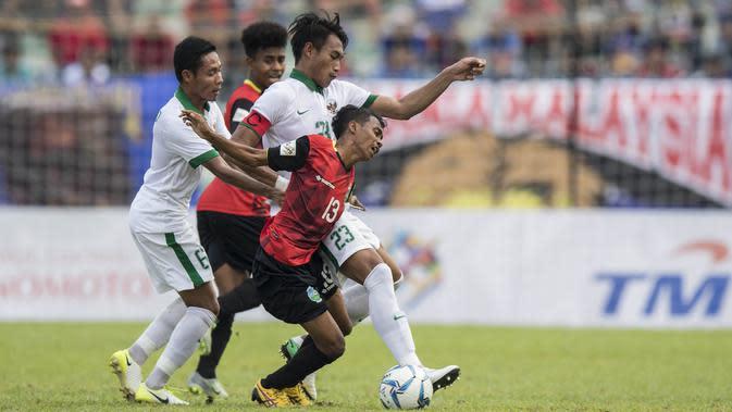 Kapten Timnas Indonesia, Hansamu Yama, berebut bola dengan pemain Timor Leste pada laga SEA Games di Stadion MPS, Selangor, Minggu (20/8/2017). Indonesia menang 1-0 atas Timor Leste. (Bola.com/Vitalis Yogi Trisna)
