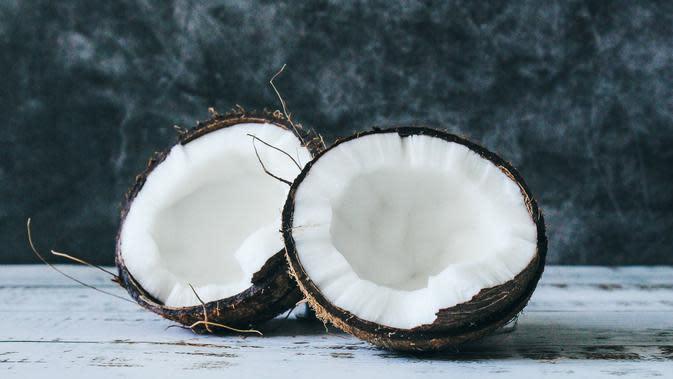 Ilustrasi santan kelapa. (Photo by Tijana Drndarski on Unsplash)