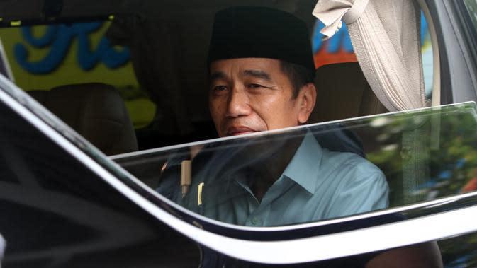 Presiden Jokowi saat mengantar sang ibu ke pemakaman, Kamis (26/3/2020). (Liputan6.com/Fajar Abrori)