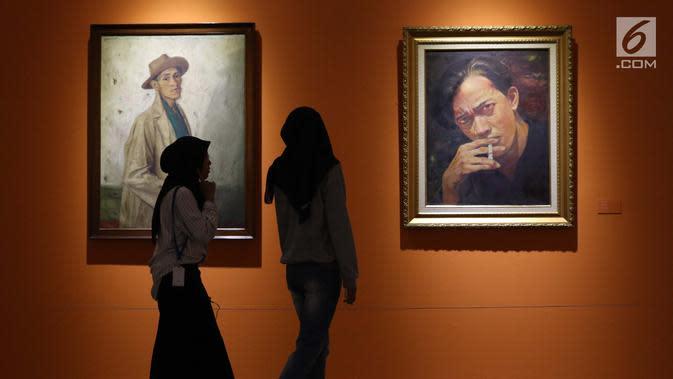 Pengunjung melintas di depan lukisan Chairil Anwar yang dipamerkan pada pameran seni rupa koleksi nasional #2 yang bertema Lini Transisi di Galeri Nasional, Jakarta, Selasa (13/8/2019). Pameran berlangsung hingga 31 Agustus mendatang. (Liputan6.com/Helmi Fithriansyah)