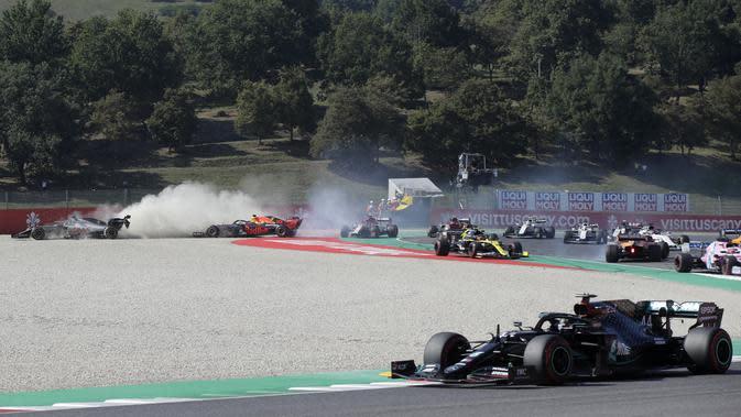 Romain Grosjean (Haas) dan Max Verstappen (Red Bull) keluar lintasan pada ajang Formula 1 (F1) GP Tuscan di Mugello, Minggu (13/9/2020). (AFP/Luca Bruno)