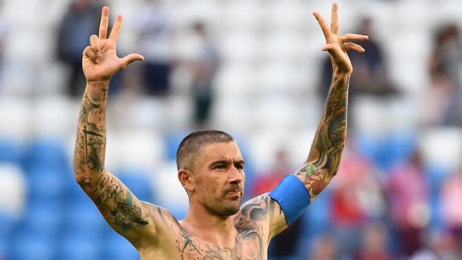 Bek Serbia, Aleksandar Kolarov dengan badan penuh tato merayakan kemenangan timnya di pertandingan sepak bola Grup E Piala Dunia 2018 Rusia di Samara, (17/6). Tato ikan koi dalam keyakinan Jepang melambangkan keberuntungan. (AFP PHOTO / Emmanuel Dunand)