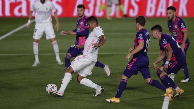 Gelandang Real Madrid, Casemiro, berusaha melewati pemain Real Valladolid pada laga lanjutan Liga Spanyol di Estadio Alfredo Di Stefano, Kamis (1/10/2020) dini hari WIB. Real Madrid menang 1-0 atas Valladolid. (AP Photo/Manu Fernandez)