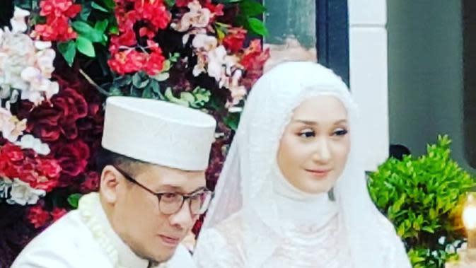 Beberapa potret pernikahan beredar di instagram. Beberapa selebriti terlihat hadir menyaksikan pernikahan kedua Dian Pelangi. (Instagram/ghatie.rp)