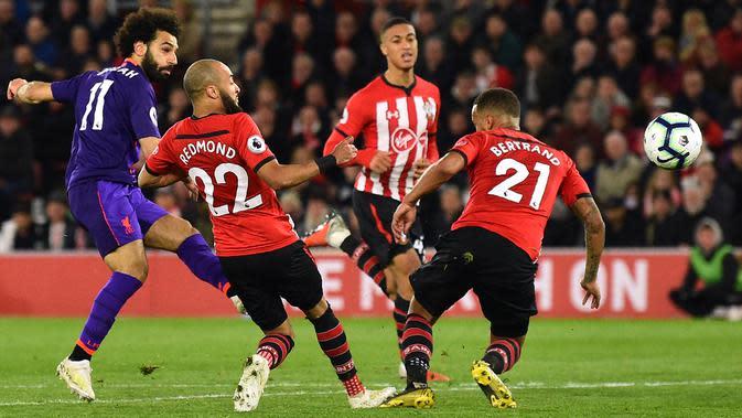 Gelandang Liverpool, Mohamed Salah, melepaskan tendangan ke gawang Southampton pada laga Premier League di Stadion St Mary, Southampton, Jumat (5/4). Southampton kalah 1-3 dari Liverpool. (AFP/Glyn Kirk)