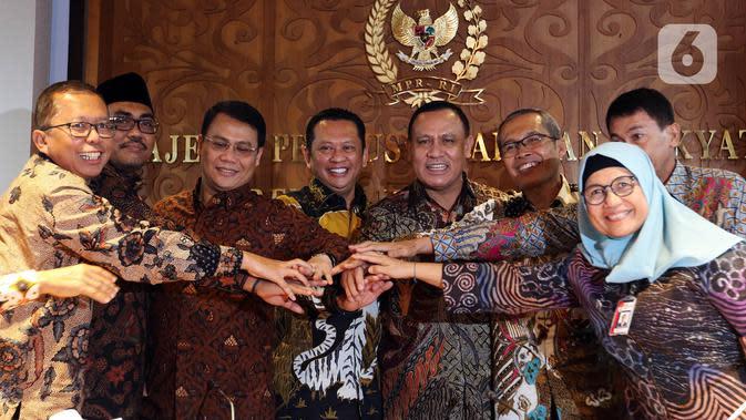 Ketua KPK Firli Bahuri (keempat kanan) serta pimpinan KPK lainya berfoto bersama Ketua MPR Bambang Soesatyo (keempat kiri) usai mengadakan pertemuan di Komplek Parlemen, Selasa (14/1/2020). Agenda pertemuan dalam rangka silaturahmi dengan pimpinan KPK yang baru dilantik. (Liputan6.com/Johan Tallo)