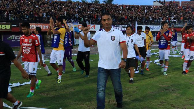 Pelatih sementara Bali United, Eko Purdjianto. (Bola.com/Muhammad Qomarudin)