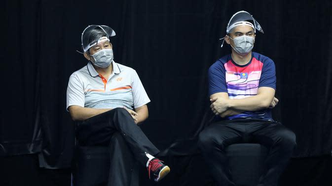 Herry IP (sebelah kiri) saat melihat jalannya pertandingan PBSI Home Tournament. (Istimewa)