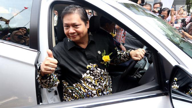 Menperin Airlangga Hartarto melakukan test drive saat penyerahan 10 mobil listrik dari Mitsubishi Motors kepada pemerintah Indonesia. Mobil tersebut terdiri dari delapan unit Mitsubishi Outlander PHEV dan dua unit i-MiEV. (Liputan6.com/JohanTallo)