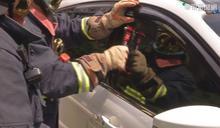 紅燈等到睡著... 消防員破窗叫醒駕駛