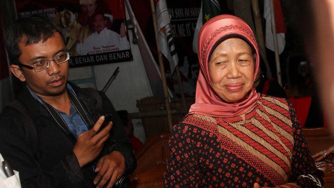 Ibunda Jokowi Sujiatmi Notomiharjo saat tiba di RS Kasih Ibu Solo, Minggu malam, 16 Juli 2017. (Liputan6.com/Fajar Abrori)