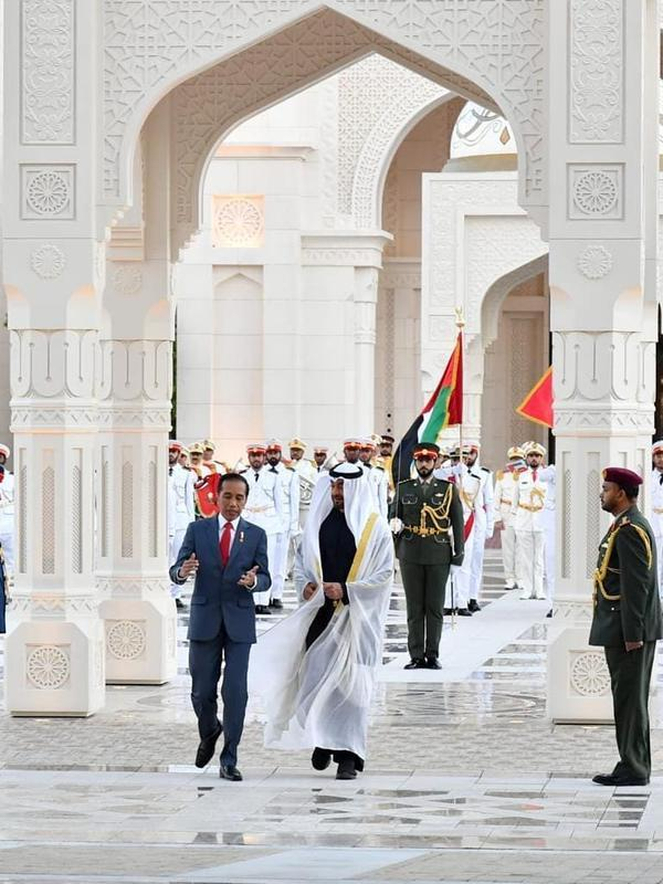 Presiden Jokowi saat disambut oleh Putra Mahkota Abu Dhabi Sheikh Mohammed bin Zayed Al Nahyan baru-baru ini (Dok.Instagram/@jokowi/https://www.instagram.com/p/B7PjNfSBJFg/Komarudin)